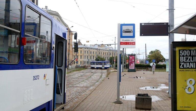 ФОТО: На остановках общественного транспорта в Риге начали устанавливать электронные табло