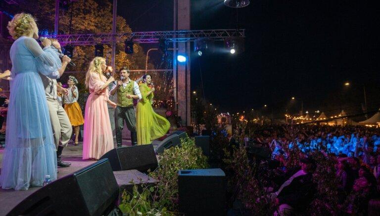 Foto: Lustes grandiozajā Līgo nakts ballītē krastmalā