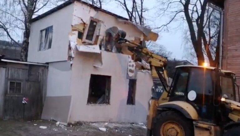 Video: Būvvalde ar traktoru nojauc patvaļīgi uzbūvētu privātmāju Ormaņu ielā