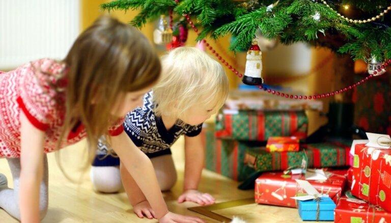 Все больше жителей планируют покупать на Рождество символические подарки