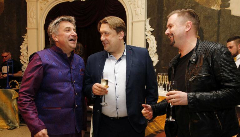 Foto: Kinomīļi pulcējas Ēķa komēdijas 'Klases salidojums' pirmizrādē