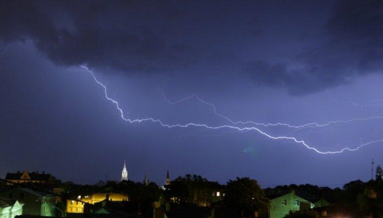 Negaisa dēļ vairākiem tūkstošiem mājsaimniecību traucēta elektroapgāde; lielākie postījumi Tukumā