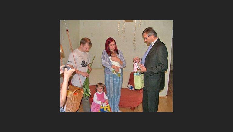 Ministrs apmeklē jaundzimušo 'Delfi' bēbi