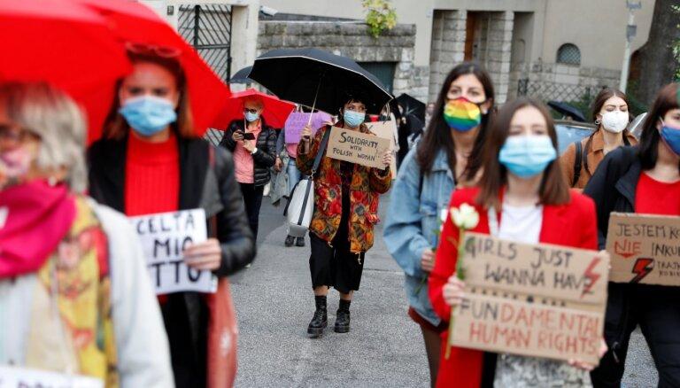Polijas abortu aizliegums apdraud sieviešu dzīvību, uzskata Eiropas Parlaments