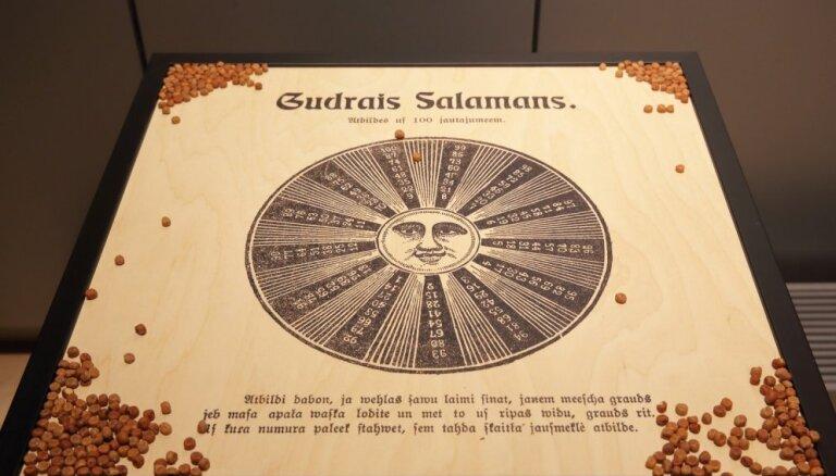 Foto: Nacionālajā bibliotēkā atklāta izstāde par populāro kultūru Latvijā