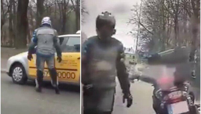 Video: Netrafarets motociklists Rīgā aptur autovadītājus; tādi esot tikai kriminālpolicijai