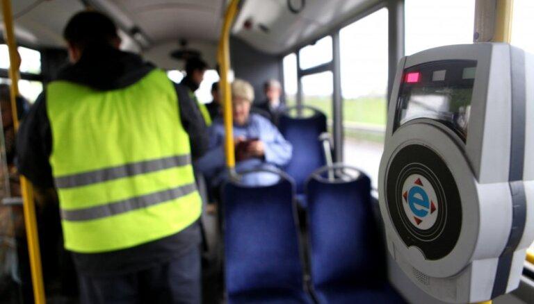 Rīgā pirmsvēlēšanu mēnesī pieķerts daudzkārt mazāk bezbiļetnieku nekā parasti