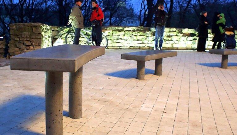Foto: Bastejkalna virsotnē atklāj mākslas objektu 'Soliņi'