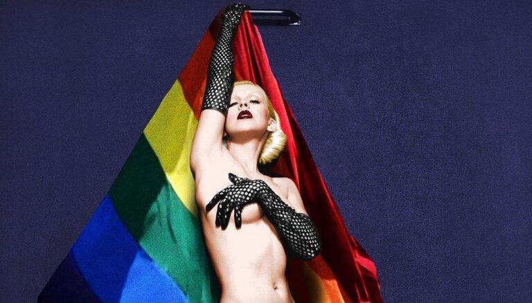 ФОТО: Кристина Агилера снялась голой на фоне радужного флага в поддержку ЛГБТ