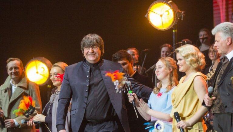 Foto: Ar stāvovācijām izskanējis Jāņa Lūsēna 60. dzimšanas dienas koncerts