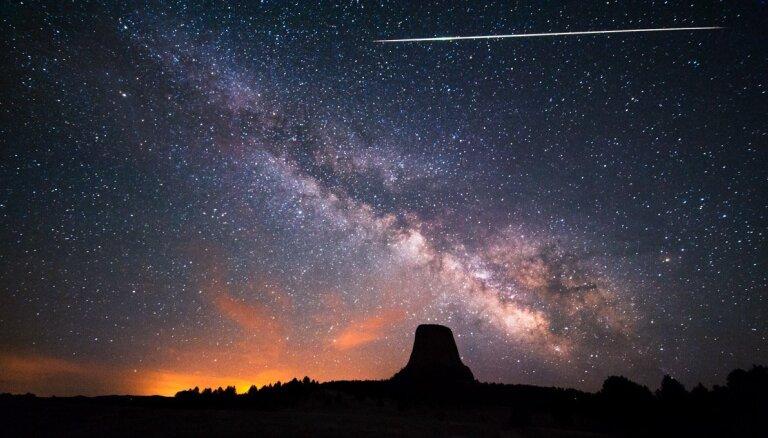Šonedēļ debesīs vērojams visslavenākās komētas radītais 'zvaigžņu lietus'