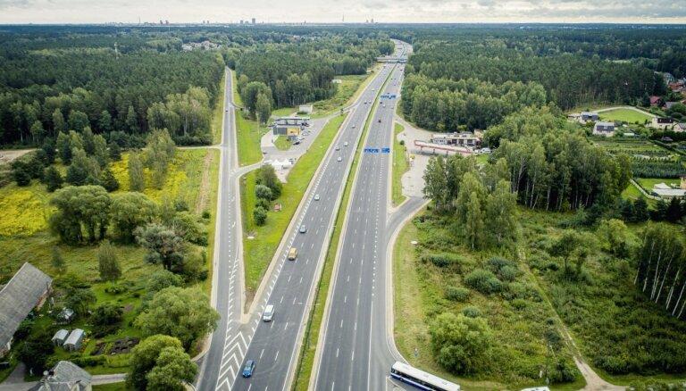 Foto: Svinīgi atklāta atjaunotā Jūrmalas šoseja; nākamgad ļaus braukt ar 110 km/h