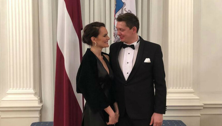 Artuss Kaimiņš ar mīļoto Jeļenu mirdz pieņemšanā Rīgas pilī