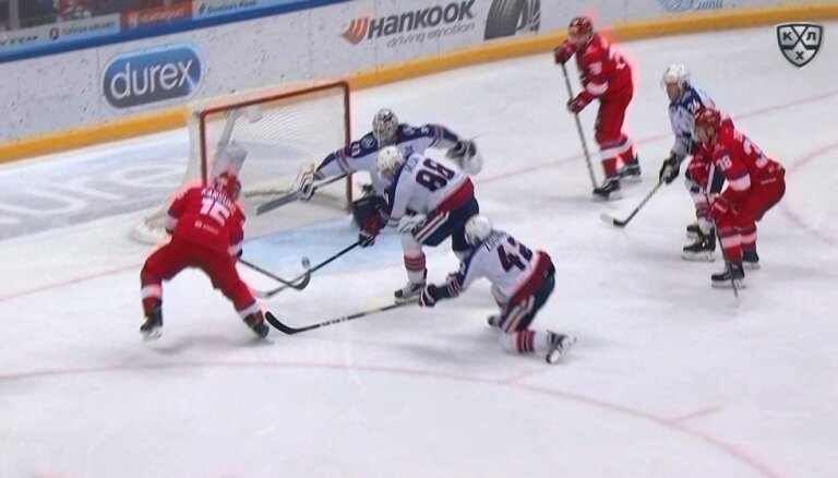Video: Daugaviņš palīdz Karsumam gūt vārtus KHL spēlē