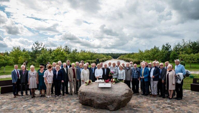 Foto: Likteņdārzā atklāta piemiņas vieta Latvijas dibinātājiem un atjaunotājiem