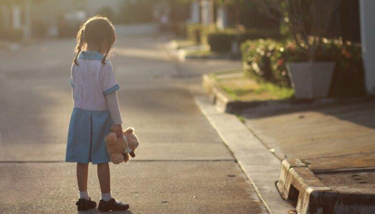 Necienīga attieksme, ierocis vecāku strīdos un vardarbības upuris – lielākie riska faktori bērnu drošībai