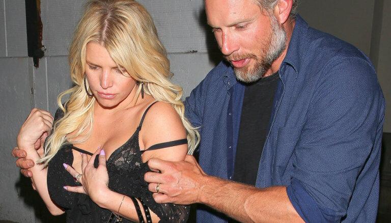 Džesika Simpsone pieķerta pamatīgā žvingulī