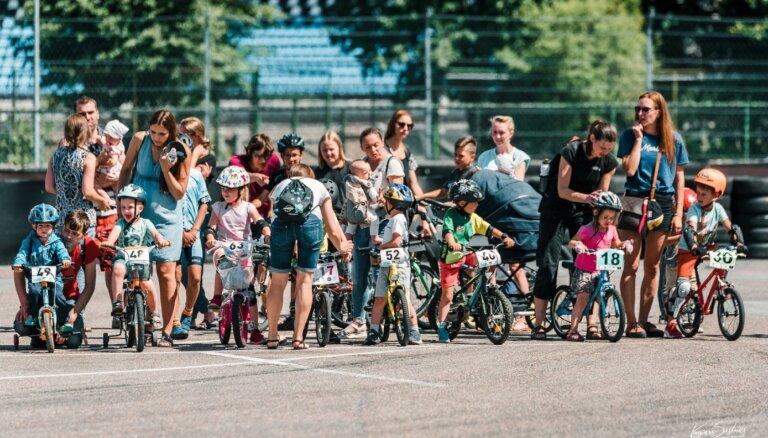 Foto: Ar azartiskām sacensībām Biķernieku trasē aizvadīta Rīgas lielā balva riteņbraukšanā