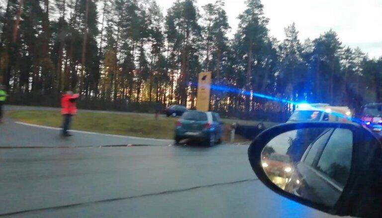 Video: Uz Tallinas šosejas Baltezerā auto apgāzies uz jumta