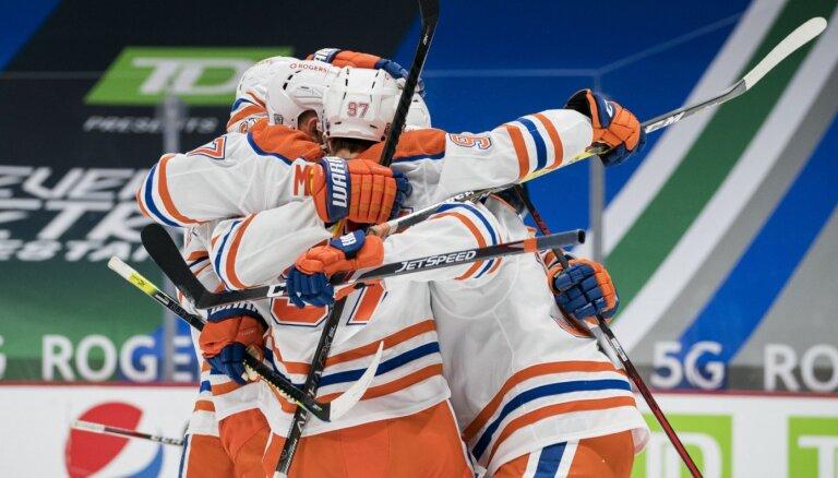 'Oilers' uzvarā pret 'Canucks' atspēlē trīs vārtu deficītu