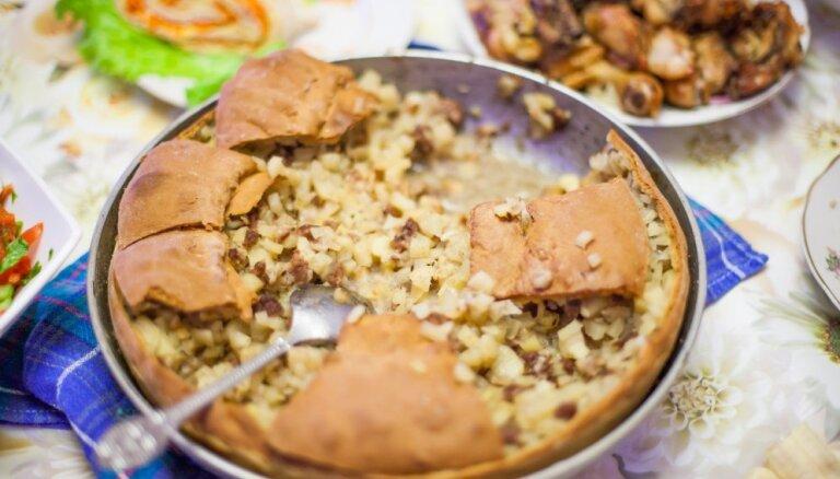 Tatāru kulta ēdiens 'zur beliš' jeb lielais pīrāgs ar gaļas un kartupeļu pildījumu