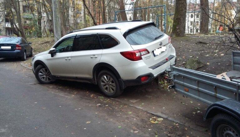 Foto: Aculiecinieks fiksējis vairākus 'parkošanās huligānus' Rīgā