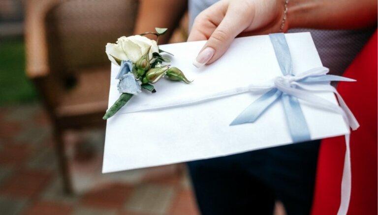 Ko dāvināt kāzās – naudu, paklāju vai dāvanu karti