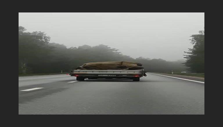 """ЗАБАВНОЕ ВИДЕО: """"Мы долго не могли обогнать машину в """"плаще"""""""