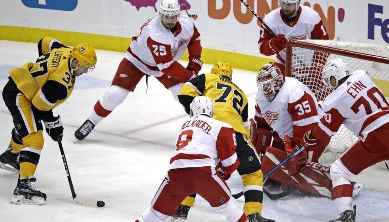 Bļugers ar rezultatīvu piespēli palīdz 'Penguins' svinēt uzvaru