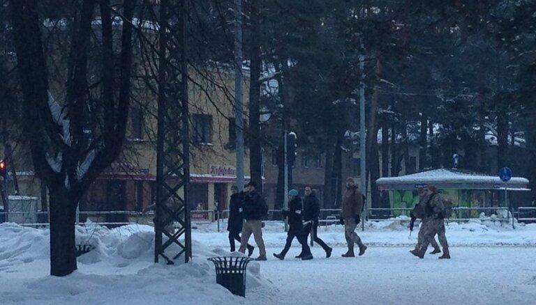 Рижан просят не пугаться: сегодня в Межапарке тренируются солдаты с оружием