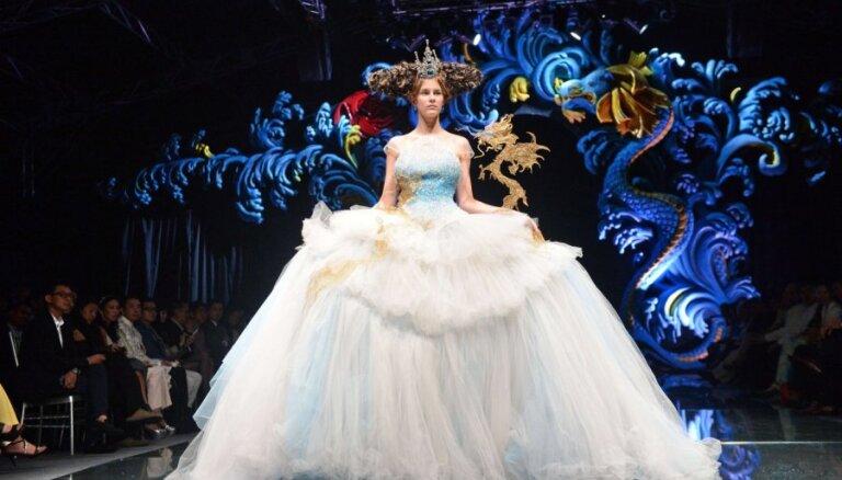 Диснеевские принцессы и другие персонажи мультов на Сингапурской неделе моды
