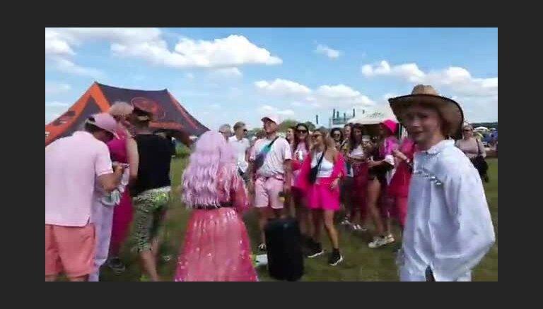 Ekstravagantais Rojs Rodžers Positivus pulcē pūli uz modes skati