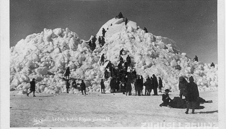 Исторические фото: Даугава ломает мосты, лед образует огромные горы
