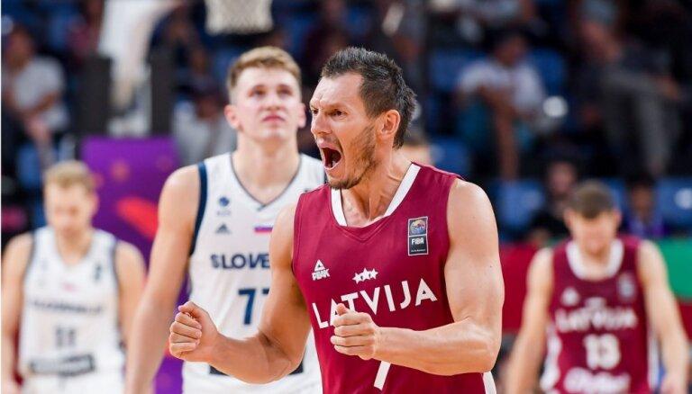 Latvijas izlases kapteinis Blūms slavē Latvijas basketbolistu profesionalitāti