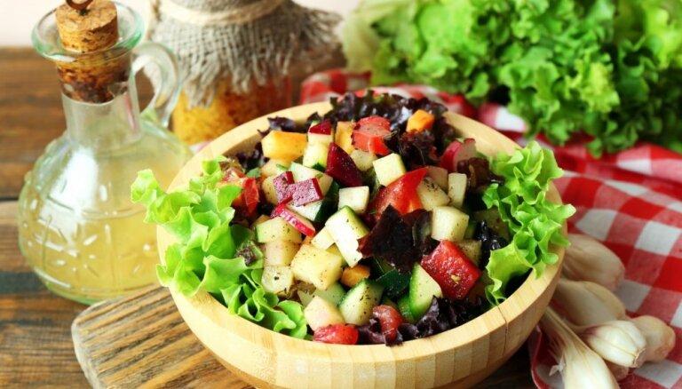 17 sātīgu salātu receptes brīvdienām, kad negribas ilgi gatavot