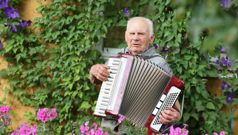 'Lielīgs savās biksēs biju!' Ciemos pie puķu vectētiņa Kārļa Baltruka Koknesē