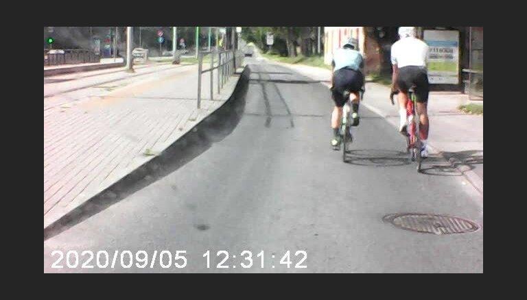 """ВИДЕО: """"Велохулиганы"""" на Бривибас гатве мешают проехать водителю"""