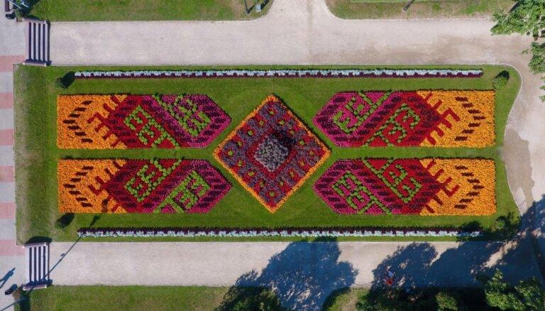 Krāšņi foto: Rīgas puķudobes no putna lidojuma