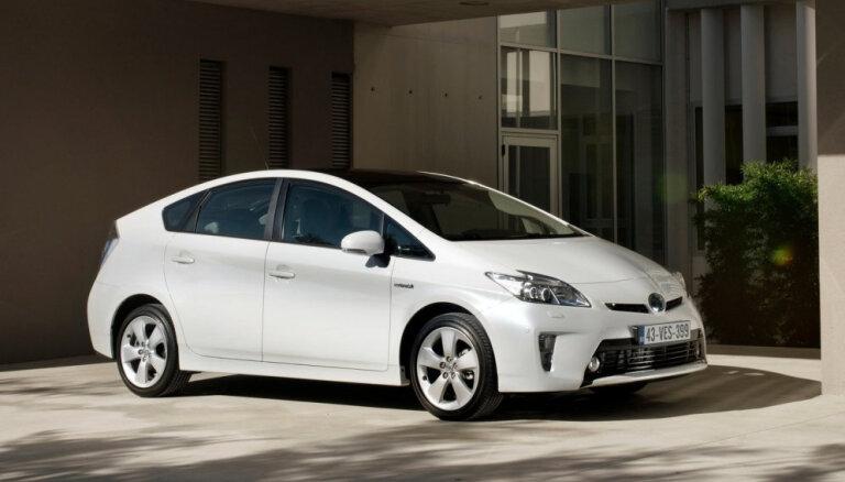 'Toyota' pasaulē atsauc vēl 2,4 miljonus hibrīdautomobiļu