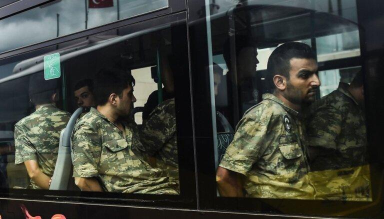 Turcijā pēc puča mēģinājuma apcietināti vairāk nekā 17 tūkstoši cilvēku