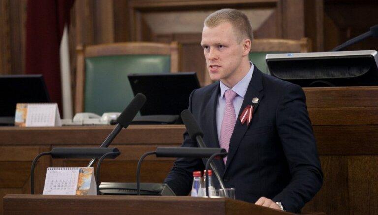 Elksniņam jāskaidrojas par krievu valodas lietojumu saziņā ar iedzīvotājiem sociālajos tīklos