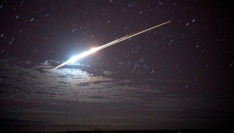 Video: Kanādā debesis izgaismo degošs meteorīts
