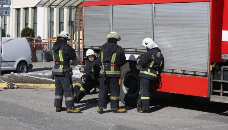 VUGD astoņas stundas dzēsis koka ēkas ugunsgrēku Olainē