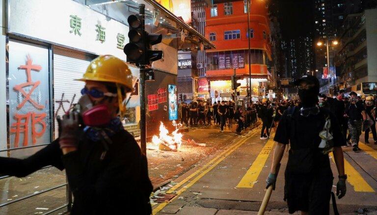Foto: Honkongā turpinās sadursmes starp policiju un demonstrantiem; viena persona sašauta