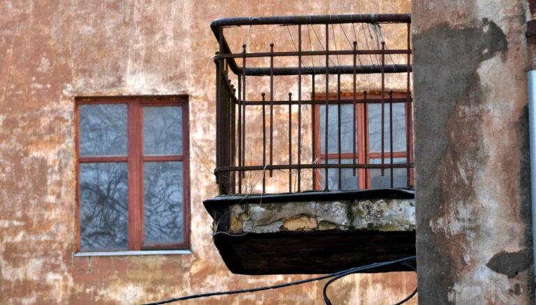 Daļa Hruščova laika māju balkonu ir kritiskā stāvoklī, atklāj pētījums