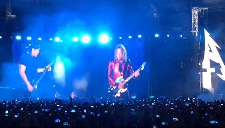Noklausies! 'Metallica' Maskavā dzied Coja 'Gruppa krovi'