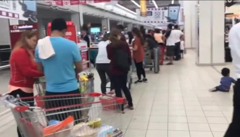 Video: Cilvēku pūļi paniski izpērk Kataras lielveikalus
