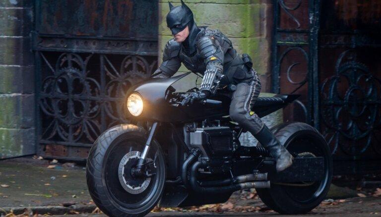 Jaunais 'The Batman' treileris: Patinsons pret ienaidniekiem