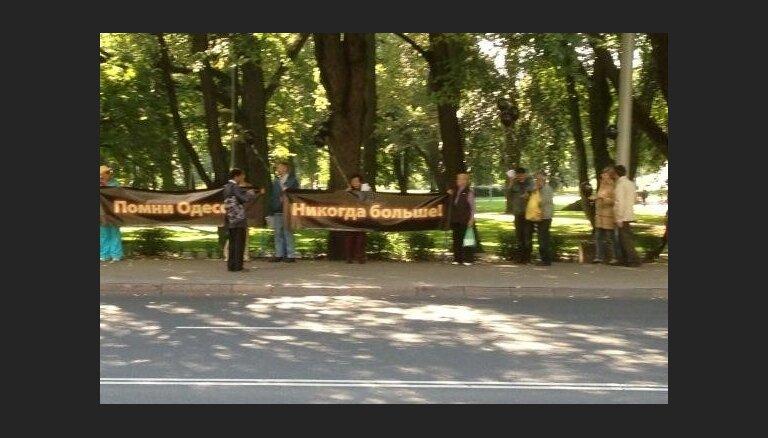 ФОТО: Десятки человек в Риге участвуют в акции протеста против войны на Украине