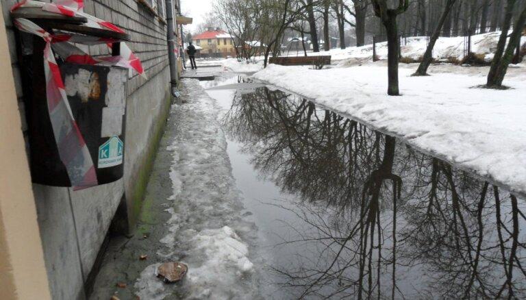"""""""Невозможно выйти из дома - у подъезда огромные лужи, а в них лед"""""""